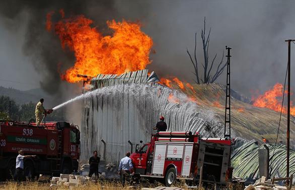 İzmir'de ahşap palet fabrikasında yangın