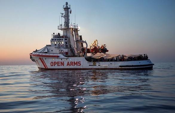 Open Arms gemisinden 13 düzensiz göçmen daha indirildi