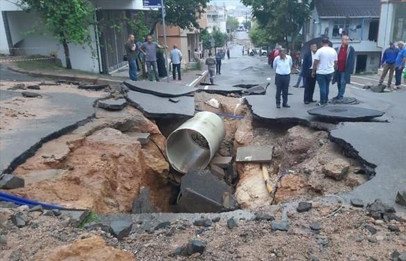 Kocaeli'de sağanak nedeniyle yol çöktü evleri su bastı