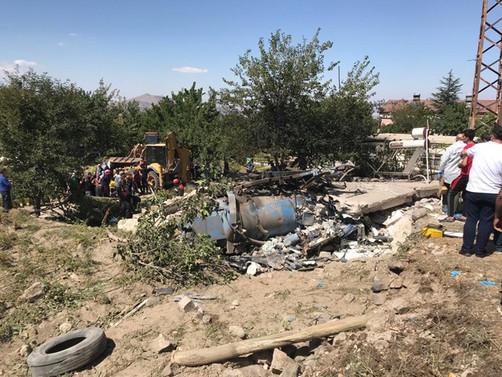 Kanal açma aracı evin üzerine devrildi: 4 ölü, bir yaralı