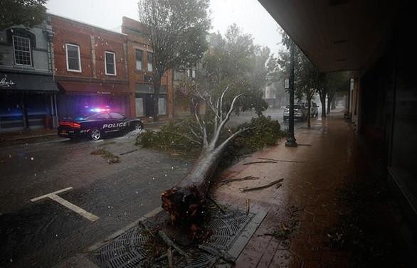 Delta Kasırgası yüz binlerce kişiyi elektriksiz bıraktı