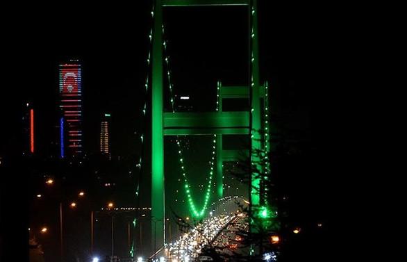 İstanbul'un köprüleri 'serebral palsi' için yeşile büründü