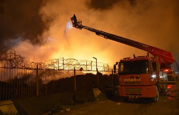 Adana'daki pamuk yağı fabrikası yangını üçüncü gününde