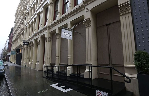 New York'ta ünlü mağazalar yağmaya karşı vitrinlerini plakalarla kapattı