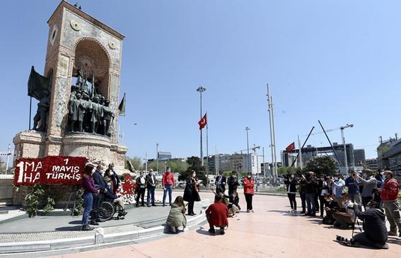 Sendikalar, 1 Mayıs dolayısıyla Taksim Cumhuriyet Anıtı'na çelenk bıraktı