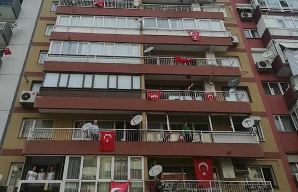 Türkiye balkonlardan İstiklal Marşı'nı okudu