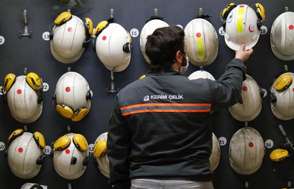 Fabrikada sosyal mesafe ihlaline karşı alarmlı baret