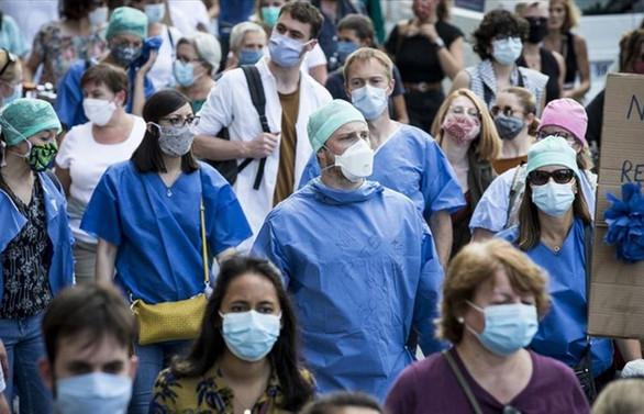 Fransa'da sağlık çalışanlarının düzenlediği gösteride olaylar çıktı