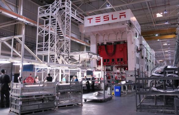 Tesla, 4 çeyrek sonra ilk kez kâr etti