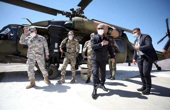 Bakan Akar ve komutanlardan Irak sınır hattındaki birliklere denetleme