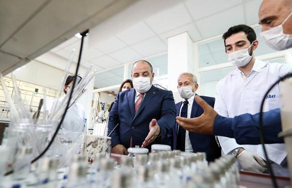 Bakan Varank COVID-19 tedavisinde kullanılan ilacı üreten fabrikayı ziyaret etti