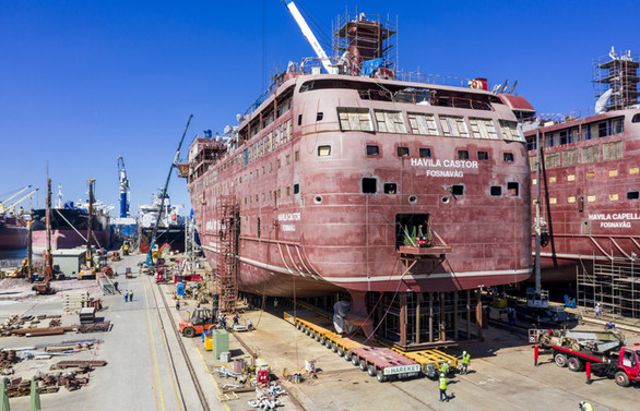 Yalova'da iki dev gemi 1600 lastik üzerinde denize taşındı