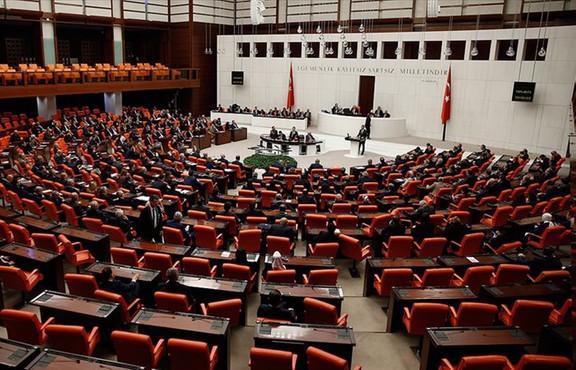 AK Parti'nin koronavirüsün ekonomiye etkilerini azaltmaya dönük olarak getirdiği tedbir paketi muhalefet partilerinin de verdiği destekle birkaç saat içinde Meclis'ten geçerek kanunlaştı. Muhalefet partileri ekonomik önlemler paketine destek vermekle birlikte yeterli bulmadı.