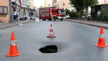 Fatih'te yol çöktü, cadde trafiğe kapatıldı