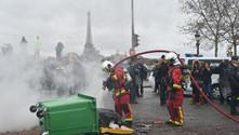 Sarı yeleklilerden sonra ambulans çalışanları sokakta