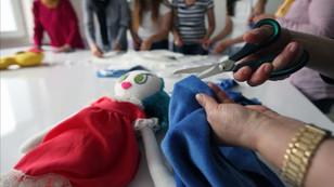 Savaş mağduru çocuklar için 'bez bebek'