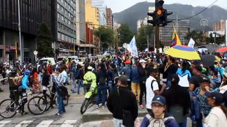 Kolombiya'da grevdeki binlerce öğretmen gösteri düzenledi