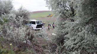 Yolcu otobüsü devrildi: 8 ölü,34 yaralı