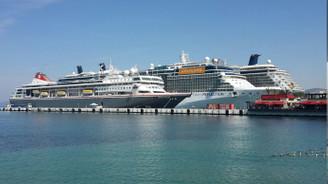Kuşadası'na 3 gemiyle 6 bin turist geldi