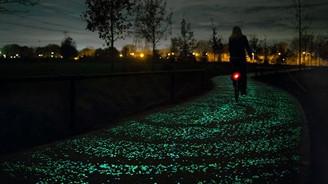 Güneş enerjisiyle aydınlanan bisiklet yolu