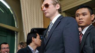 Assange kadın kılığına girdi