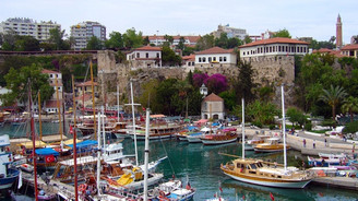 Tatilciler bayramda Antalya'ya yöneldi