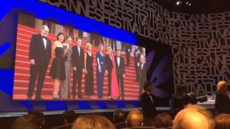 Cannes'da perdeler açıldı