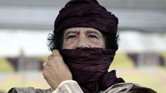 Kaddafi petrol kentini bombaladı