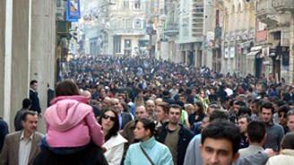 İstiklal Caddesi alışverişte AVM'ler ile yarışıyor