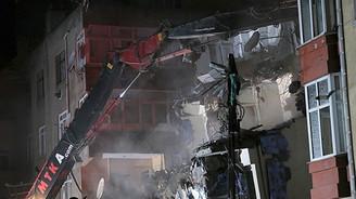 Yan yatan bina yıkıldı!