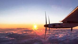 Güneş enerjili uçak uçuş rekoru kırdı