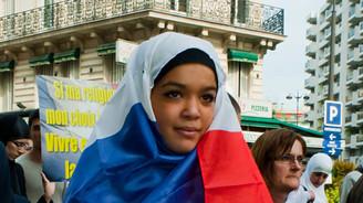 Müslüman kadının yasağını kaldırdı