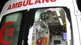 Park halindeki ambulansa saldırdılar
