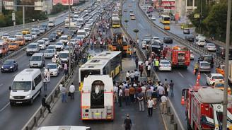 Metrobüs ile cip çarpıştı: 1'i ağır 5 yaralı