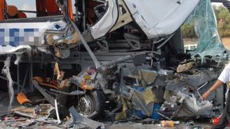 Otobüs park halindeki tıra çarptı: 24 yaralı