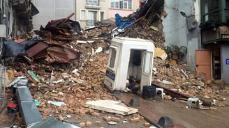 Beyoğlu'nda boş iki bina çöktü