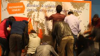 Metro çıkışında 5 bin lira dağıttı