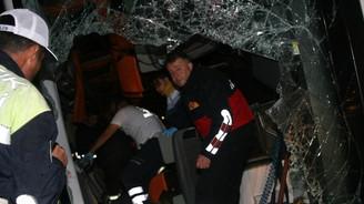 Yolcu otobüsü devrildi: 3 ölü, 30 yaralı