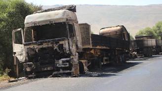 Yol kesen PKK`lılar araçları yaktı