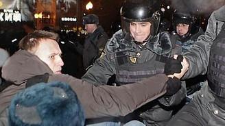 Putin'i protesto edenler gözaltında