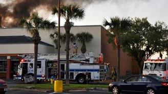 Uçak alışveriş merkezine çakıldı