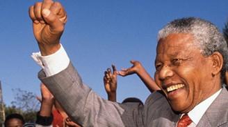 Mandela şarkılarla uğurlanıyor