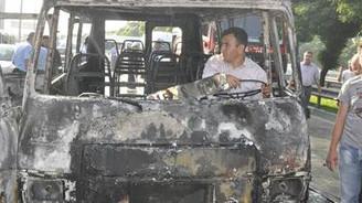 Servis sürücüleri yol kesti, minibüs yaktı