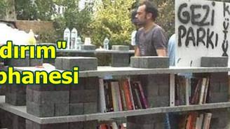 Gezi Parkı'na kaldırım kütüphanesi kuruldu