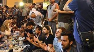Taksim'de iki ayrı iftar sofrası