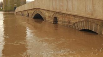 Tunca taştı, köprüler kapandı