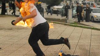 Protesto için kendini yaktı