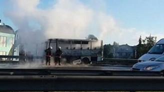 Minibüs yandı, İstanbul trafiği felç!