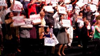 Brüksel'deki tiyatro oyununda bir Türk politikacı