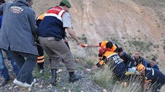 Ticari araç uçuruma yuvarlandı: 5 ölü